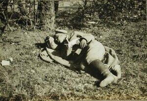 Раненый русский солдат на отдыхе.