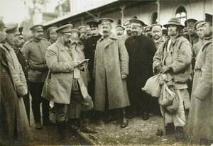 Русские офицеры, станционные служители и местные жители на перроне- Русский артистический скетч.