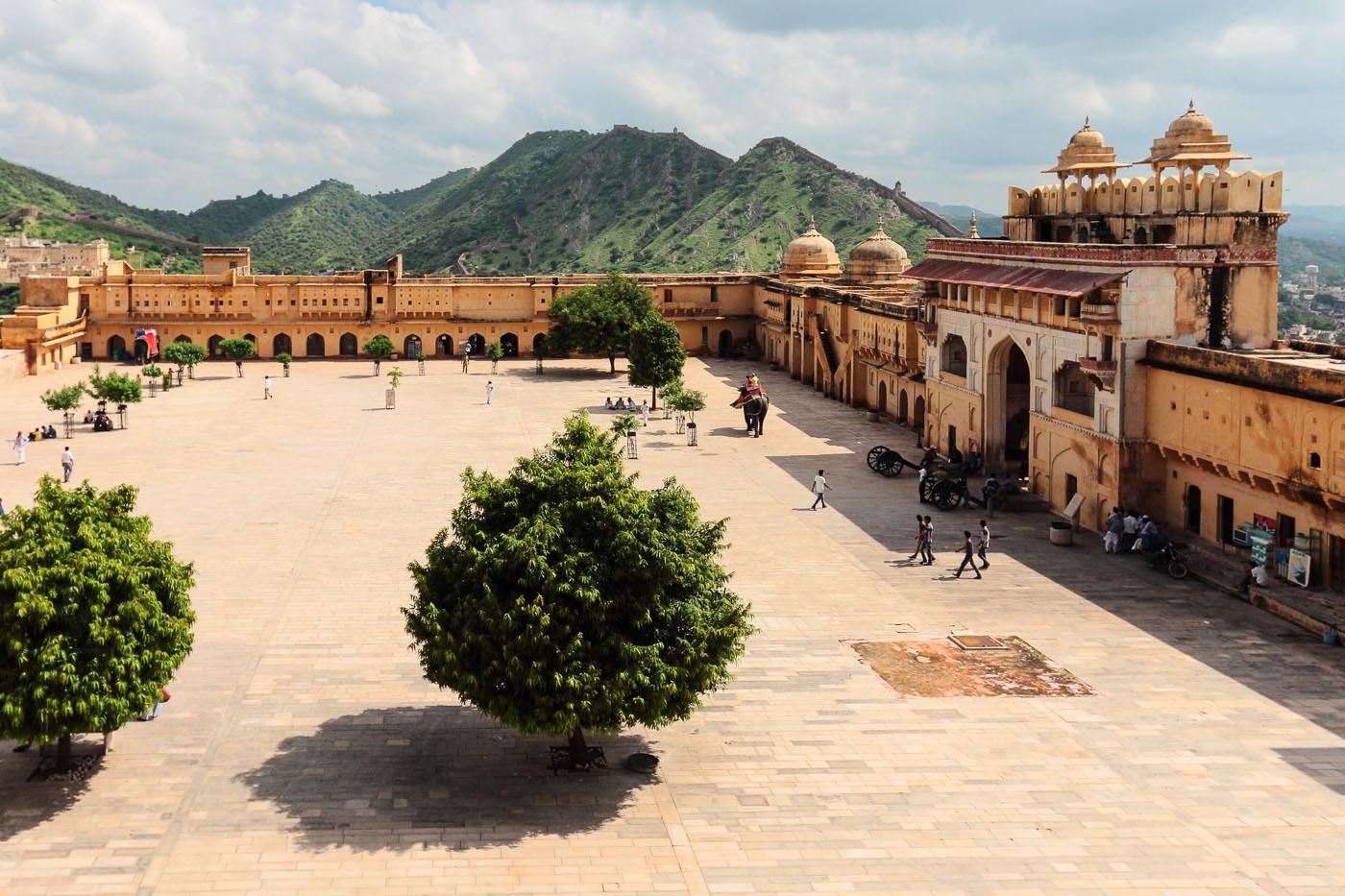 Фотография 8. Туры в Индию. Отчет об экскурсии по Золотому треугольнику. Стены Amber Fort в городе Джайпур