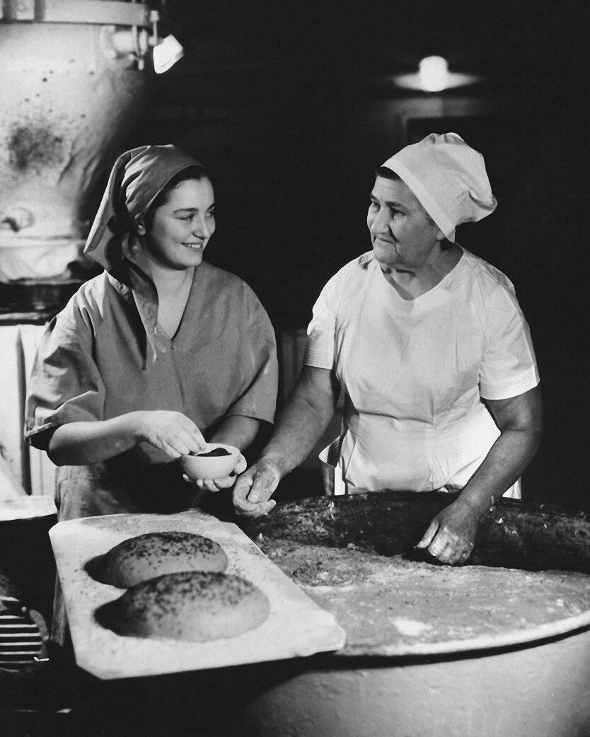 1956. В пекарне