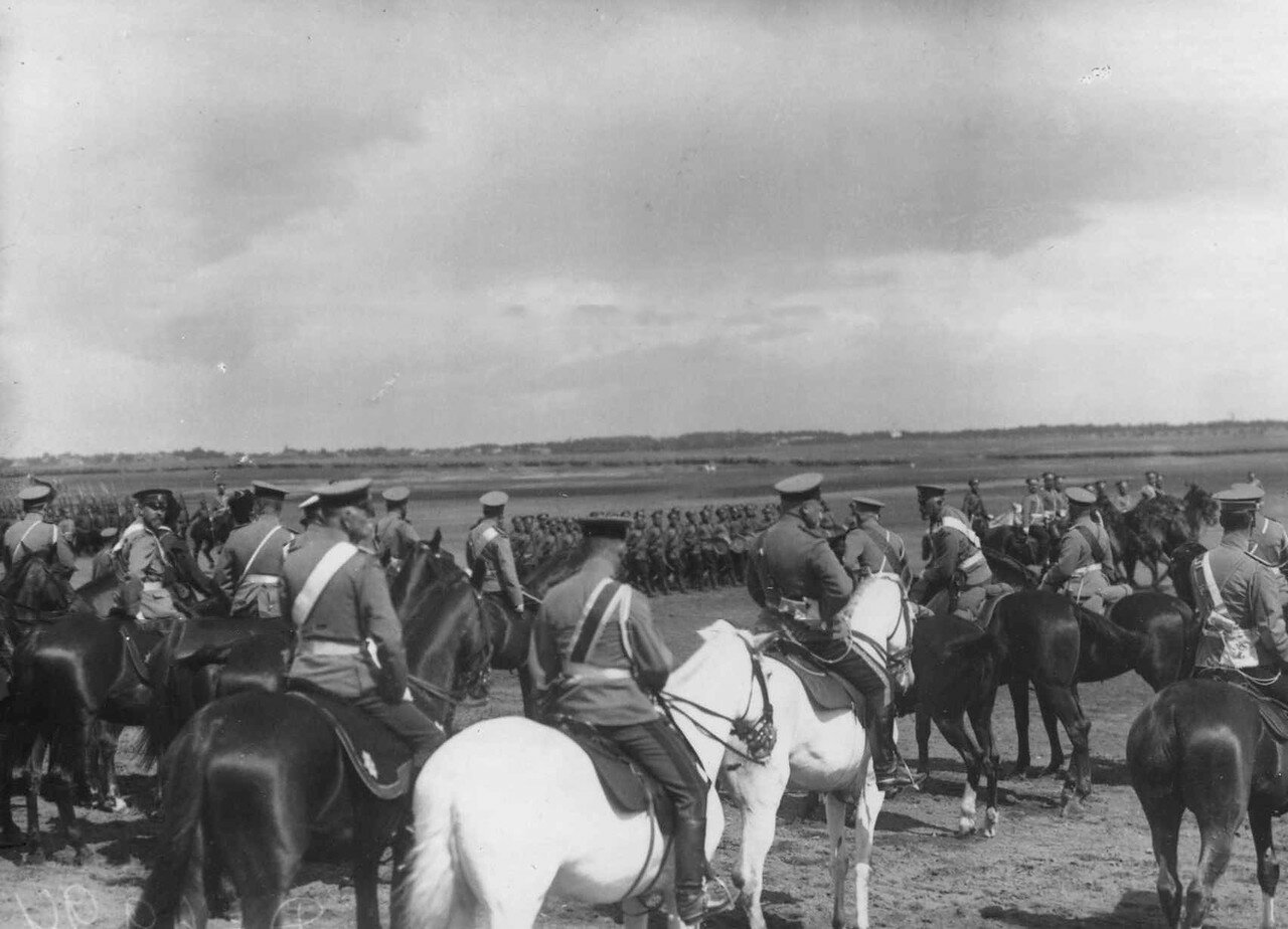 39. Войска лагерного сбора проходят церемониальным маршем мимо императора Николая II и датского короля Фридриха VIII.  7 июля 1909