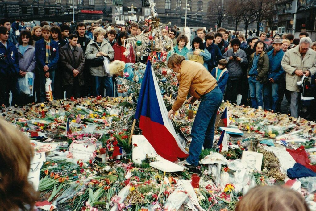 Vaclav Havel peaceful Prague protest - November 1989.jpg
