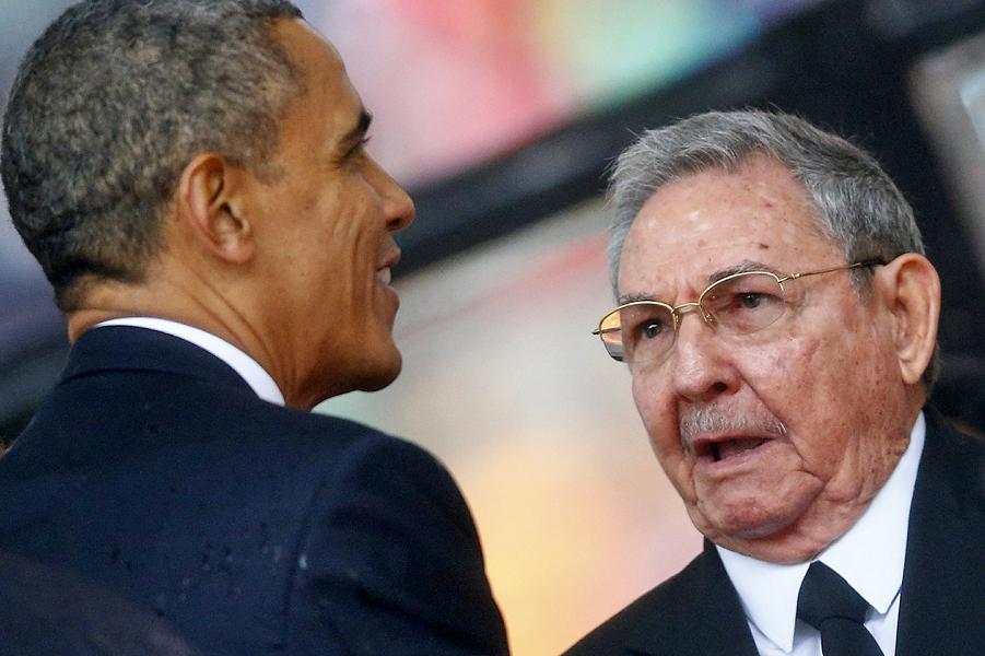 Обама и Рауль Кастро на похоронах Манделы в ЮАР.png
