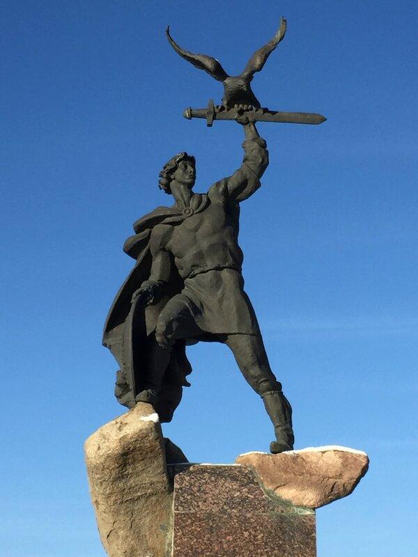 Памятник основателю города Владимиру Храброму-Донскому
