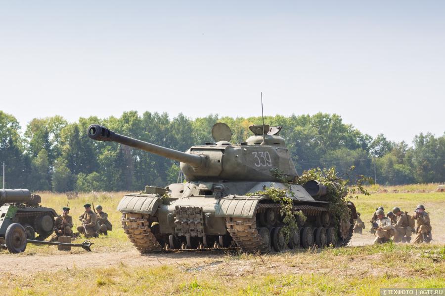 Рабочие места экипажа танка ИС-2
