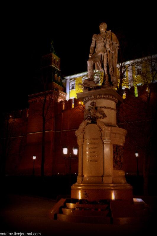 Памятник Александру I В Александровском саду в Москве
