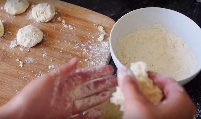 Обжаривайте пончики вмасле скаждой стороны, пока они нестанут золотисто-коричневыми. Чтобы внутри