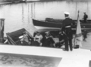 Группа офицеров на катере направляются на яхту Полярная звезда.