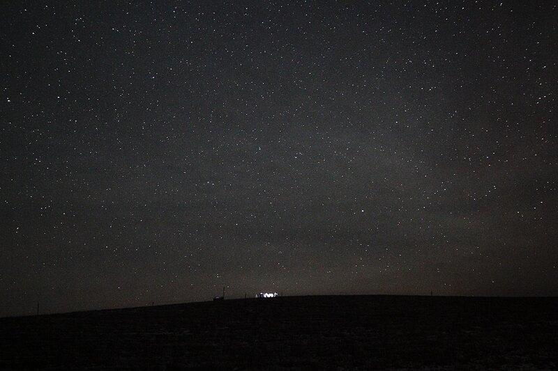 Холм на фоне звёздного неба, на котором проходил астрономическйи выезд 23 ноября 2014 г. (Шалегово, Оричи, Кировская область)