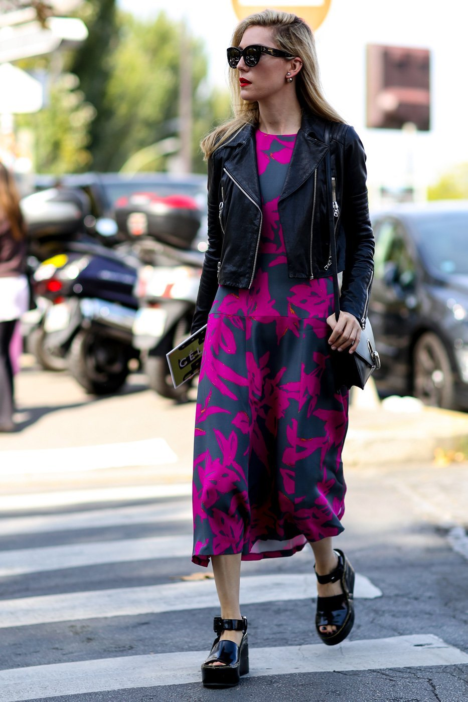 фуксия, платья с принтом, уличная мода Парижа 2015