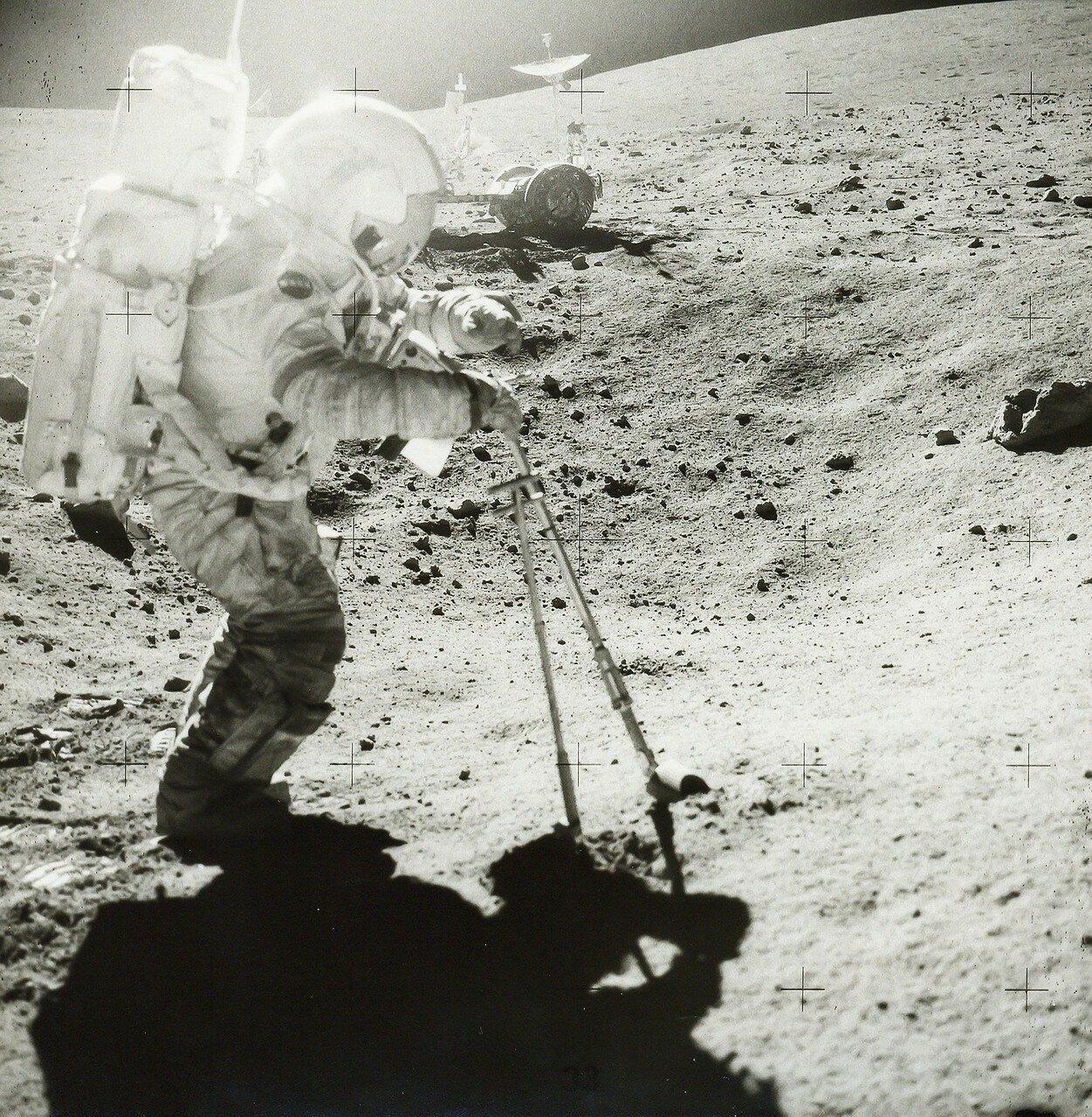 Теперь астронавтам нужно было проехать около 800 м в западном направлении и остановиться (англ. Station 8) для забора геологических образцов посреди одного из лучей выбросов из кратера Южный Луч. На снимке: Крупный план Джона Янга