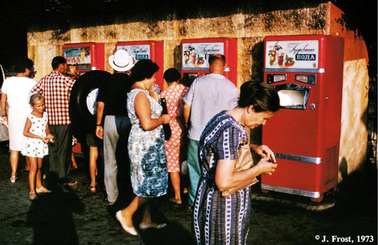 1973. Новые питьевые аппараты на улицах в Москве