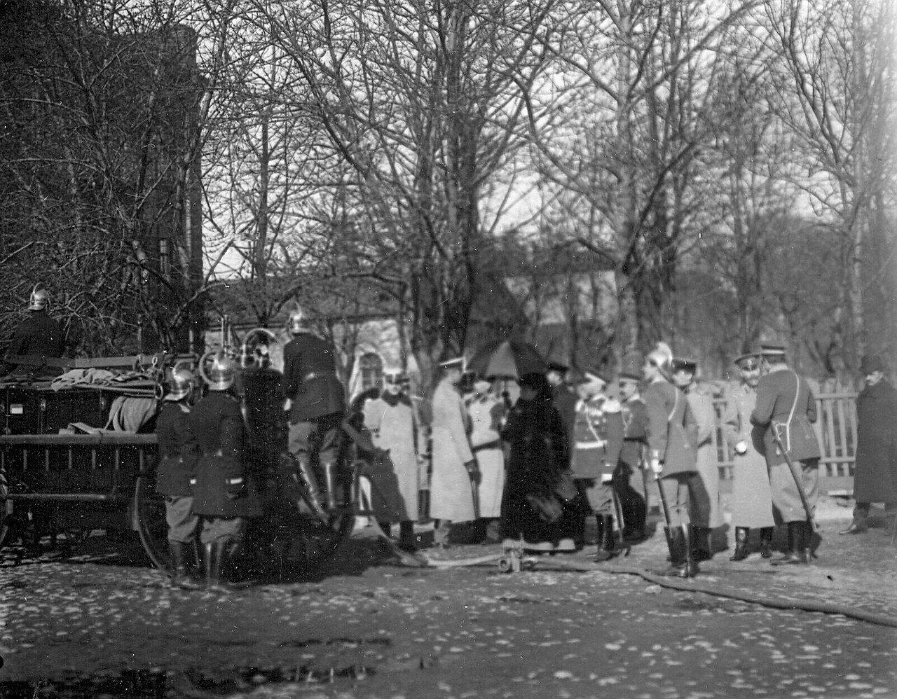 14. Великая княгиня Мария Павловна и сопровождающие ее лица осматривают пожарный автомобиль и пожарную аппаратуру