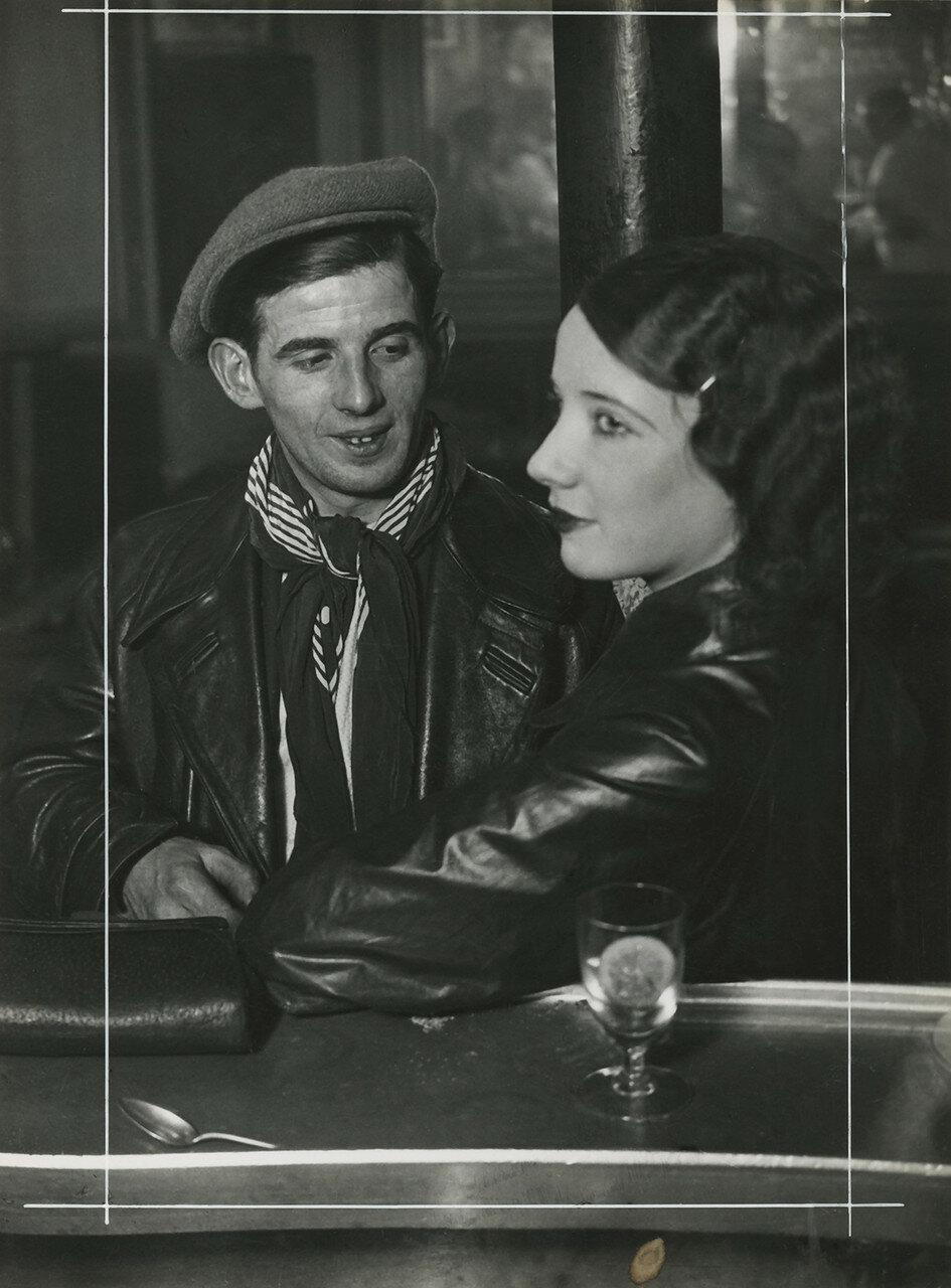 1932. Проститутка с клиентом в баре на бульваре дё Рошешуар, Монмартр, Париж