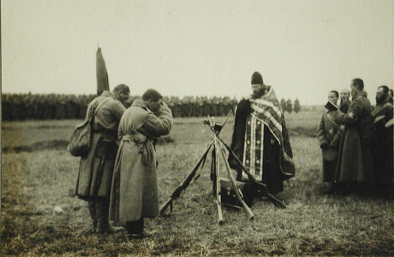67. Солдаты и офицеры одной из армейских частей во время богослужения