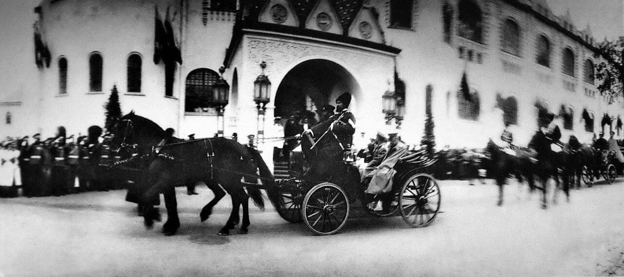 Улица Большая Покровская. Государственный банк. Отъезд_Николая II от здания банка