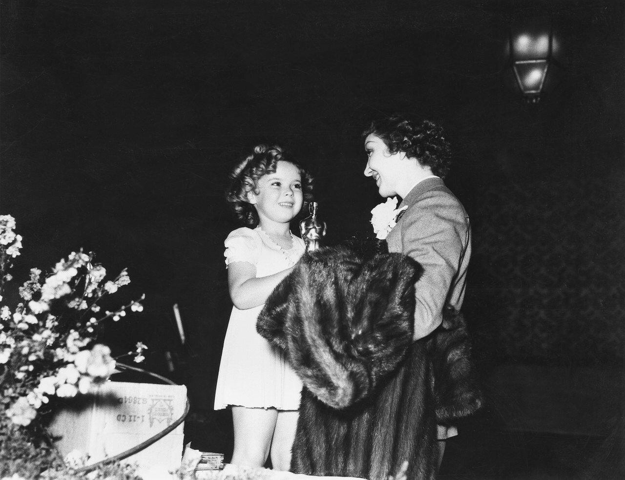 1935. Клодетт Колбер — «Это случилось однажды ночью» (лучшая женская роль в It Happened One Night) с Ширли Темпл