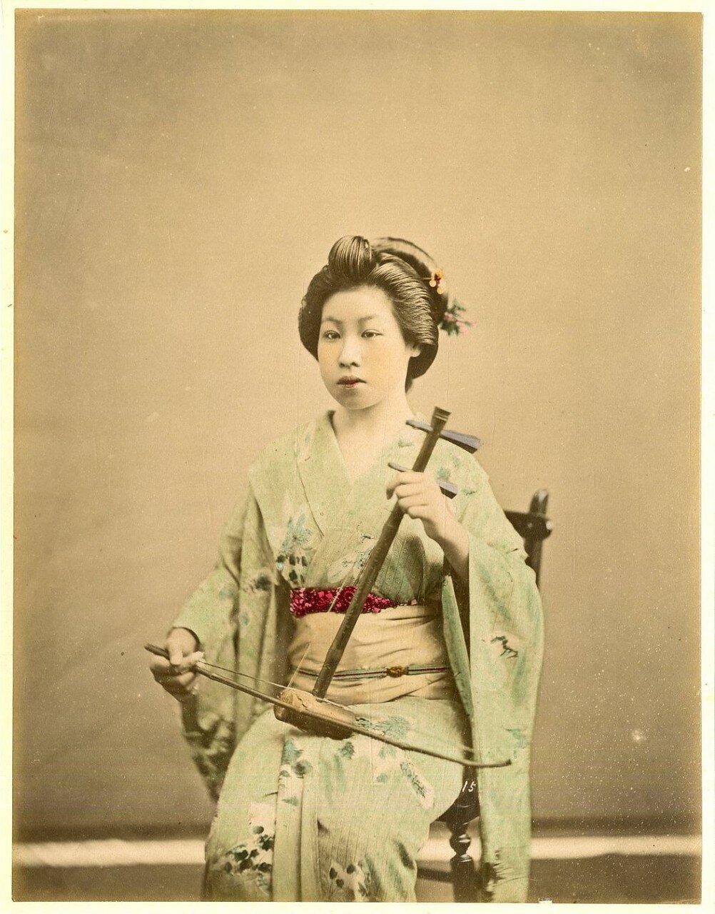 Девушка играющая на древней скрипке
