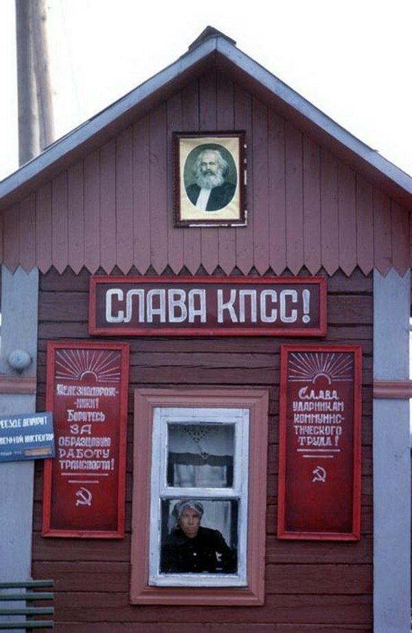 Иркутская область. Охранник в будке на железной дороге возле Братска
