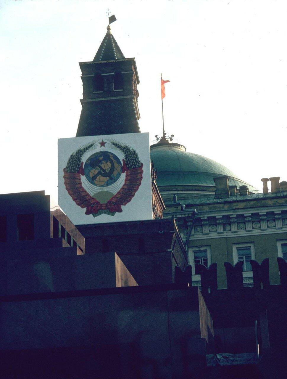 Кремлевская башня во время празднования 1 мая