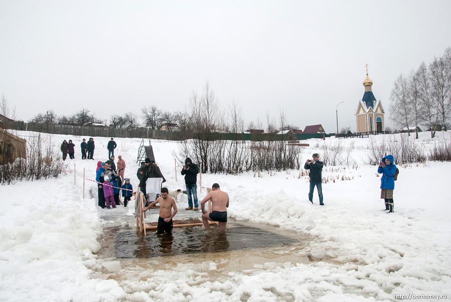 люди купаются на крещение в Сарове