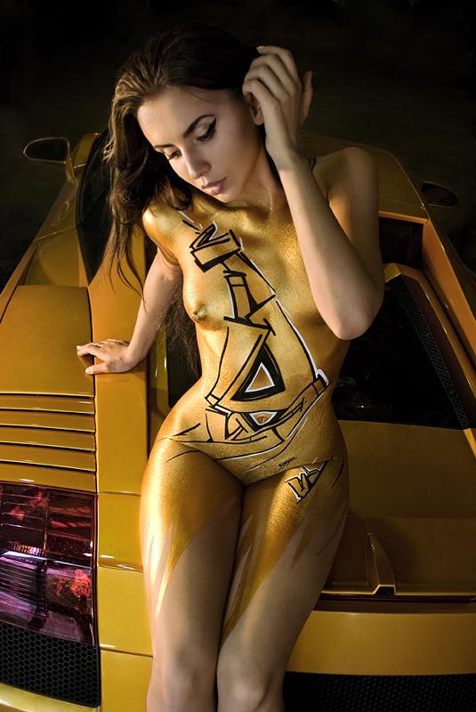 Женские тела в качестве холста для граффити