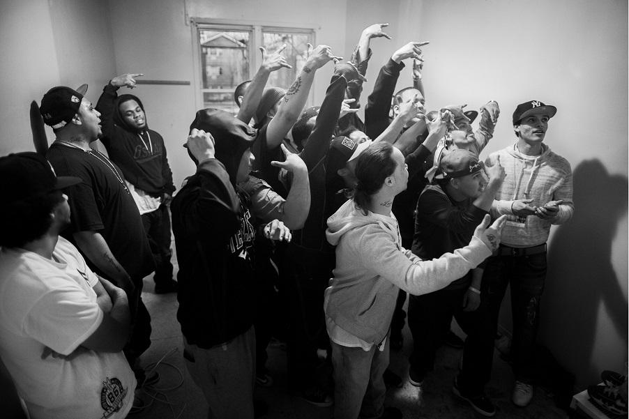 Сбор банды в штаб-квартире в одном из заброшенных домов.