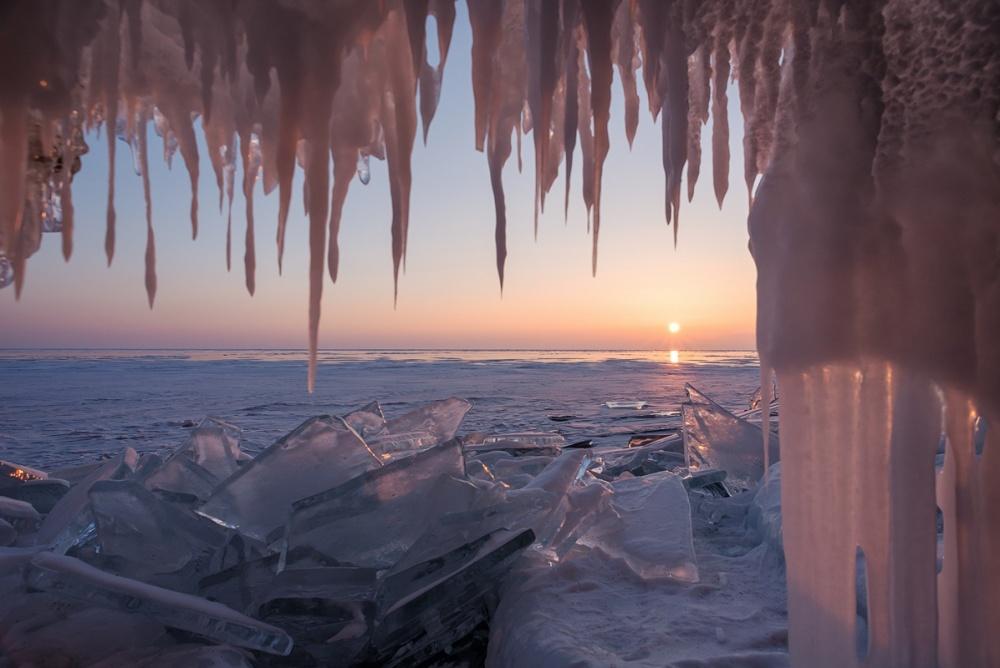 ©Ekaterina VasyaginaЛедяной грот наозере Байкал, Иркутская область. Изаканчивается золотым закат