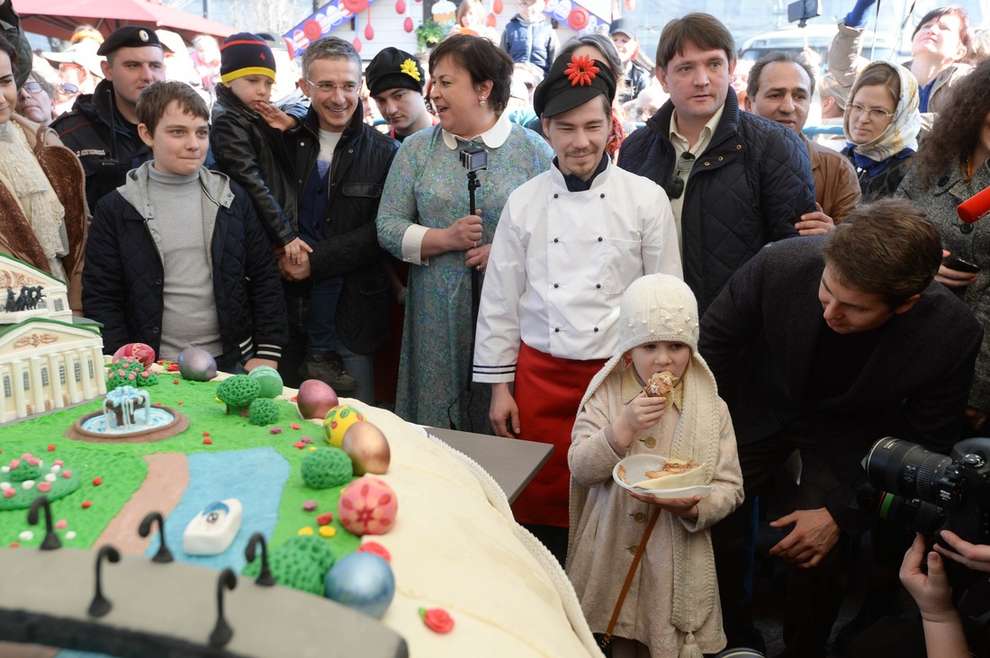 Samyj-bolshoj-v-mire-kulich-seli-10-tysyach-moskvichej-15-foto