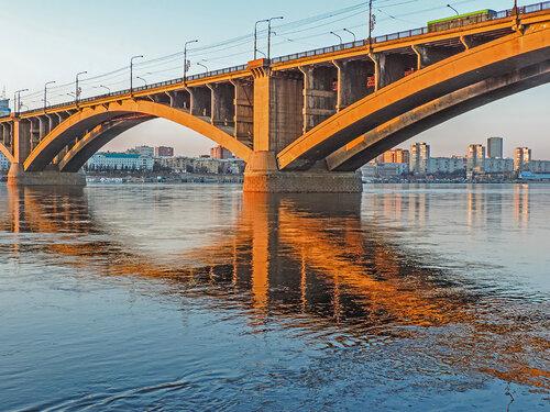 Коммунальный мост вечером