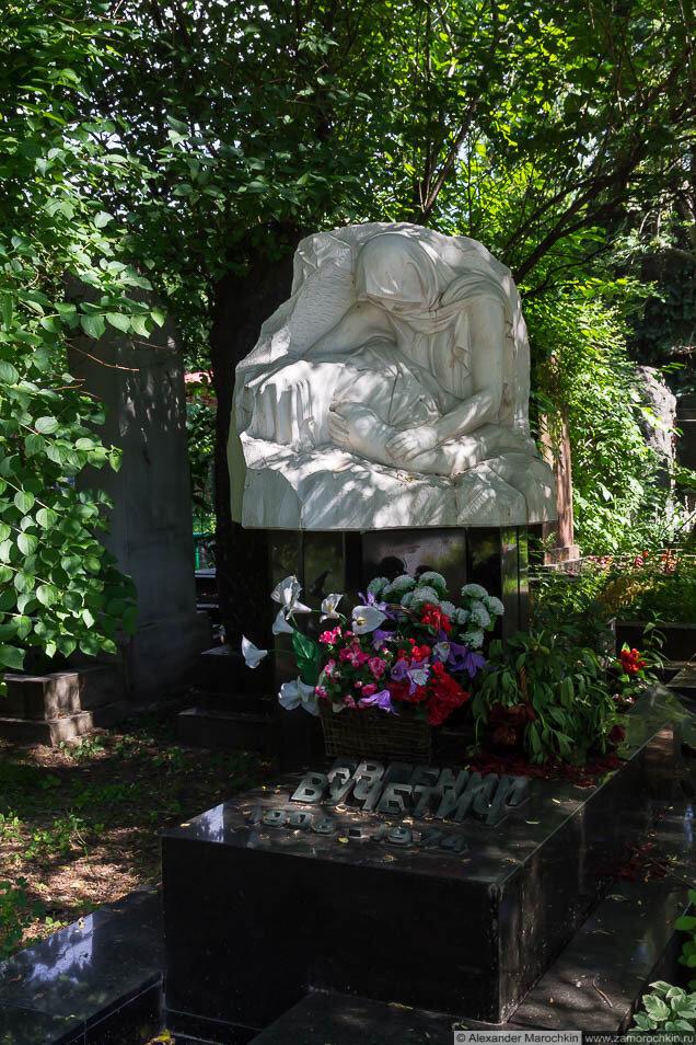 Могила Евгения Вучетича на Новодевичьем кладбище