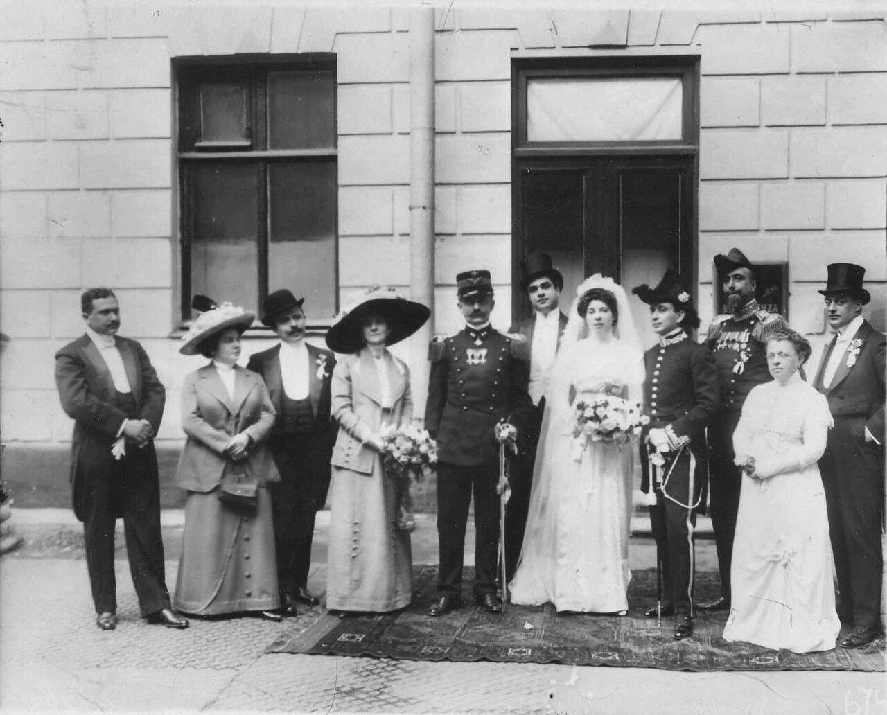 31.Итальянский король Виктор Эммануил III, члены его семьи, чета новобрачных и свита у подъезда здания