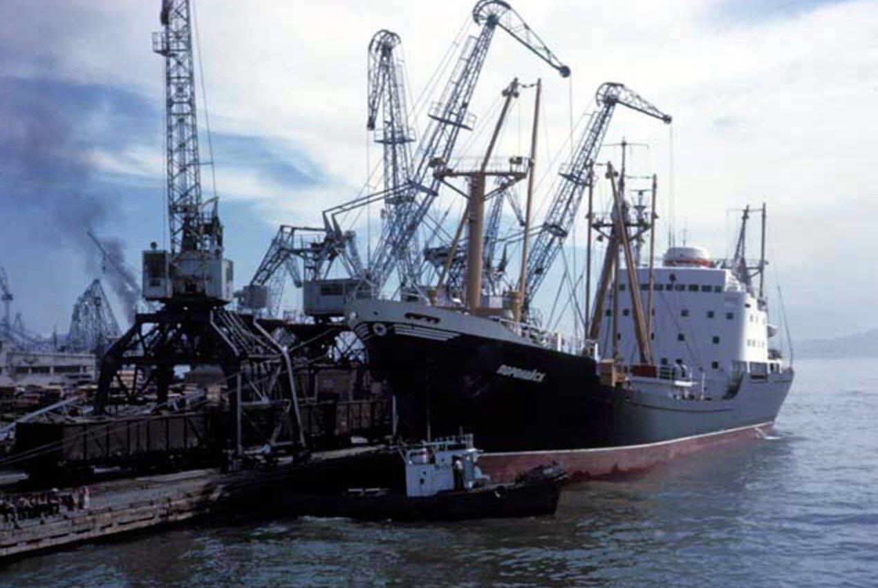 Грузовое судно на реке Уссури