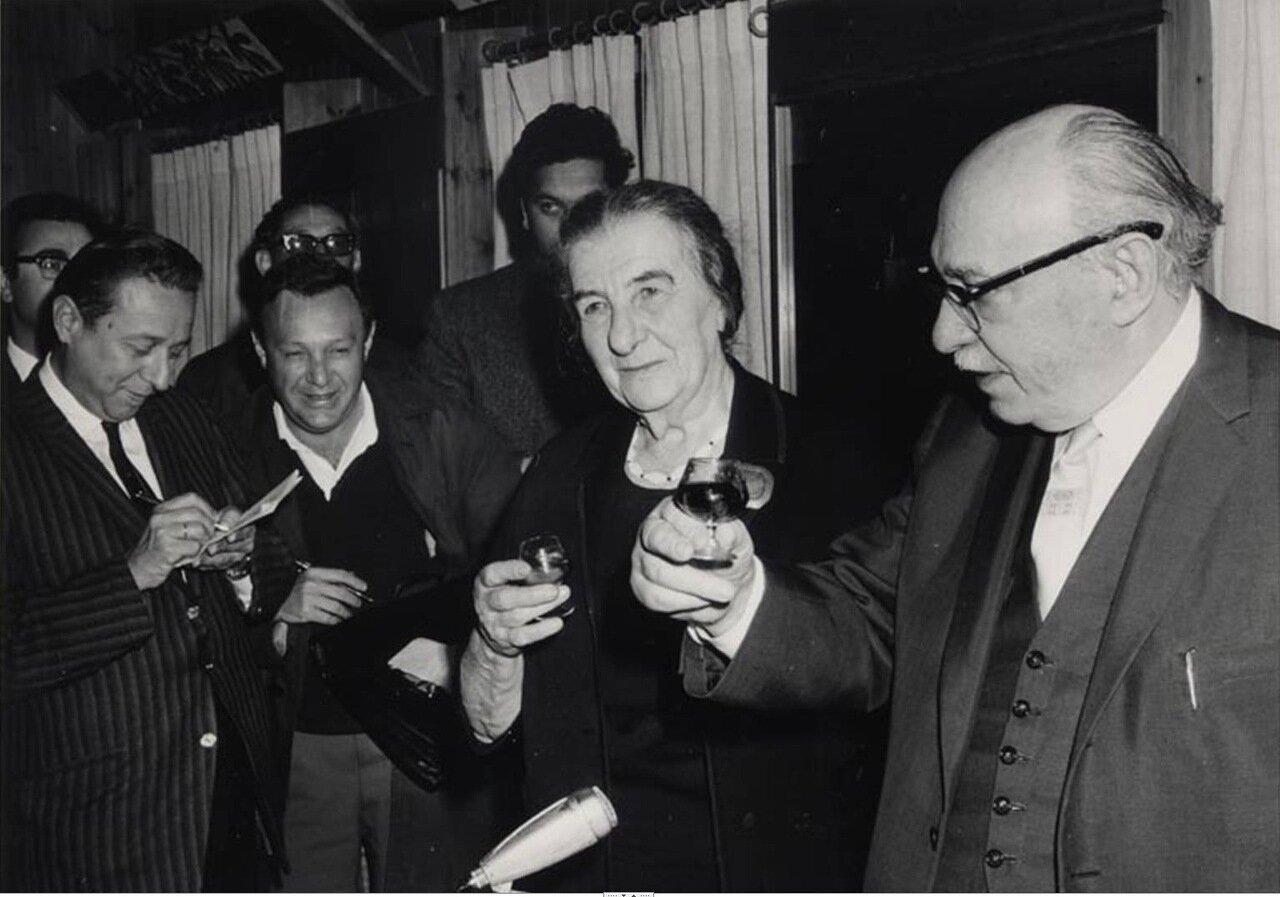 1969.  Голда Меир с Залманом Шазаром, президентом Израиля