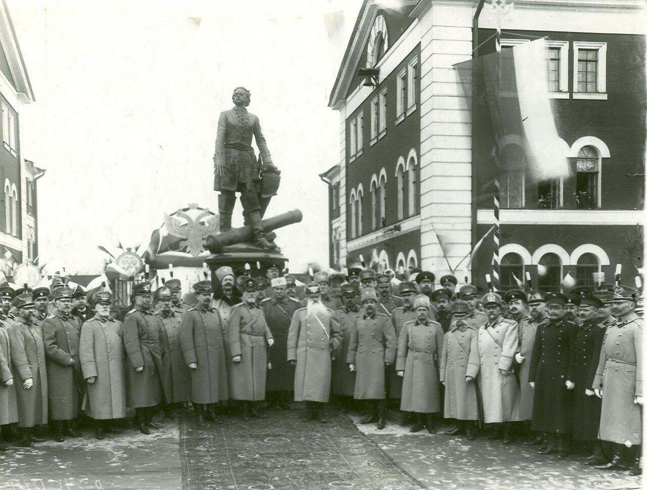 09. Группа участников открытия памятника Петру I (основателю Арсенала ) у подножия памятника. 21 апреля 1914