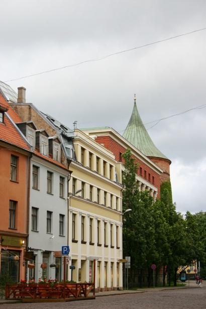 Улица Песочная с Пороховой башней в Старой Риге