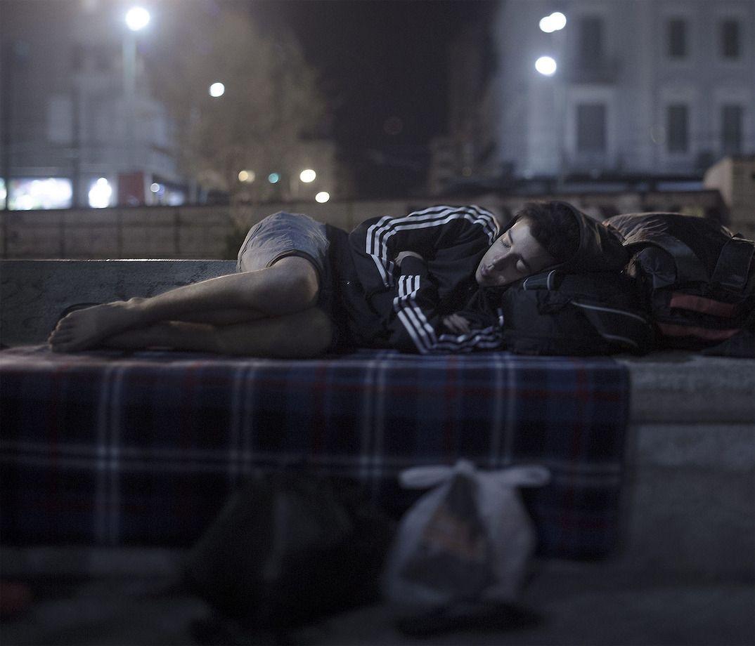 10. 17-летний Абдул Карим спит на улице в Афинах, Греция. У него нет денег — на последние он купил б