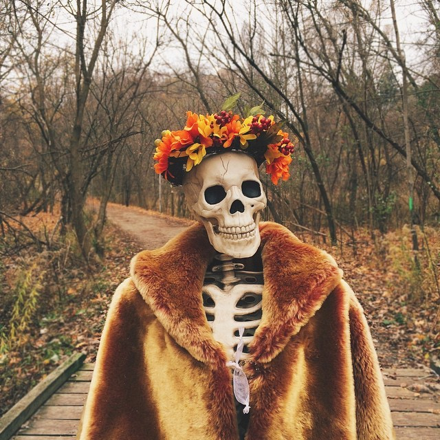 Скелет стал пародией на фото типичных девушек в Инстаграме