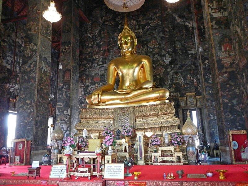 Золотой Будда в храме Ват Сутхат (Wat Suthat Thep Wararam) в Бангкоке