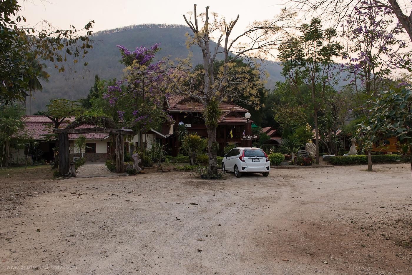 Фото 1. Гостиничный комплекс на берегу реки Квай. Где жить при самостоятельной поездке в национальный парк Эраван в Таиланде. (камера Nikon D610, объектив Nikkor 24-70/2.8, настройки фотоаппарата: ИСО 1600, фокусное расстояние 27 мм, диафрагма f/8.0, выдержка 1/125 секунды)