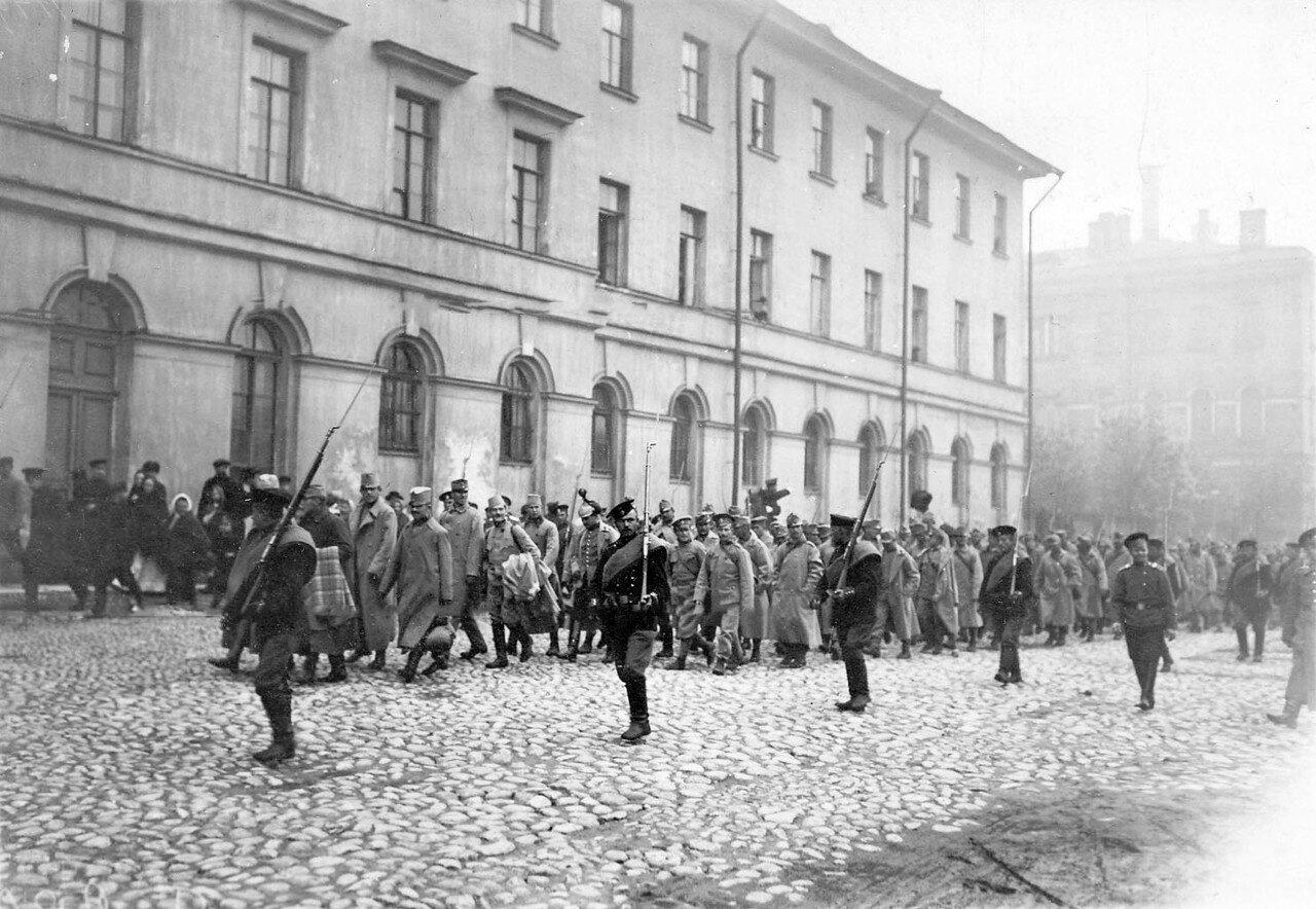 08. Колонна австрийских военнопленных в сопровождении конвоя проходит по Суворовскому проспекту