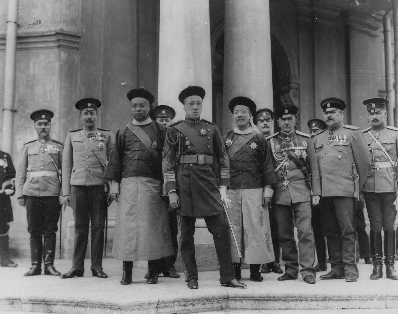 13. Принц Цзай-Тао со свитой и офицерами Петропавловской крепости у здания Ботного дома