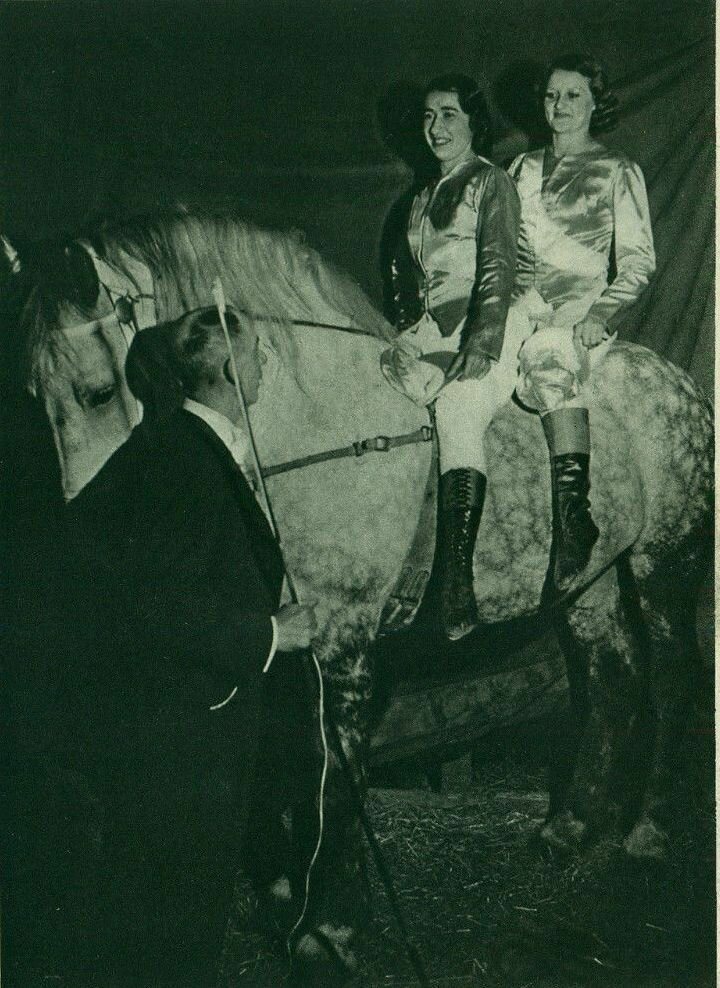 1939. Цирк. Наездницы