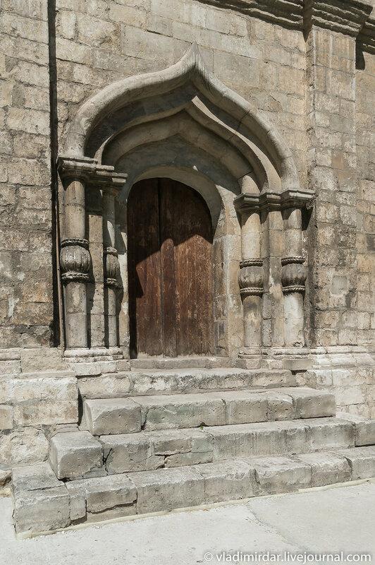 Южный килевидный портал храма святого Трифона в Мсокве
