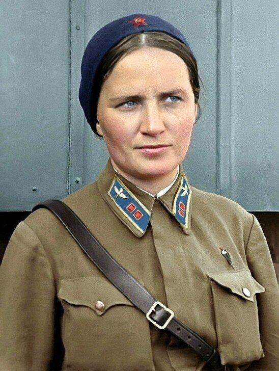 Лейтенант Раскова Марина Михайловна, лётчица. Одна из первых женщин, удостоенная звания Герой Советского Союза (N106, 1938 г.). По её инициативе были созданы три женских авиаполка.jpg