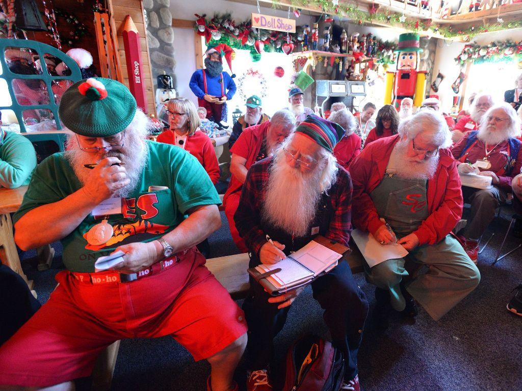 Школа Санта-Клаусов в Мидленде, штат Мичиган. Род Сэнфорд, Лансинг State Journal.JPG