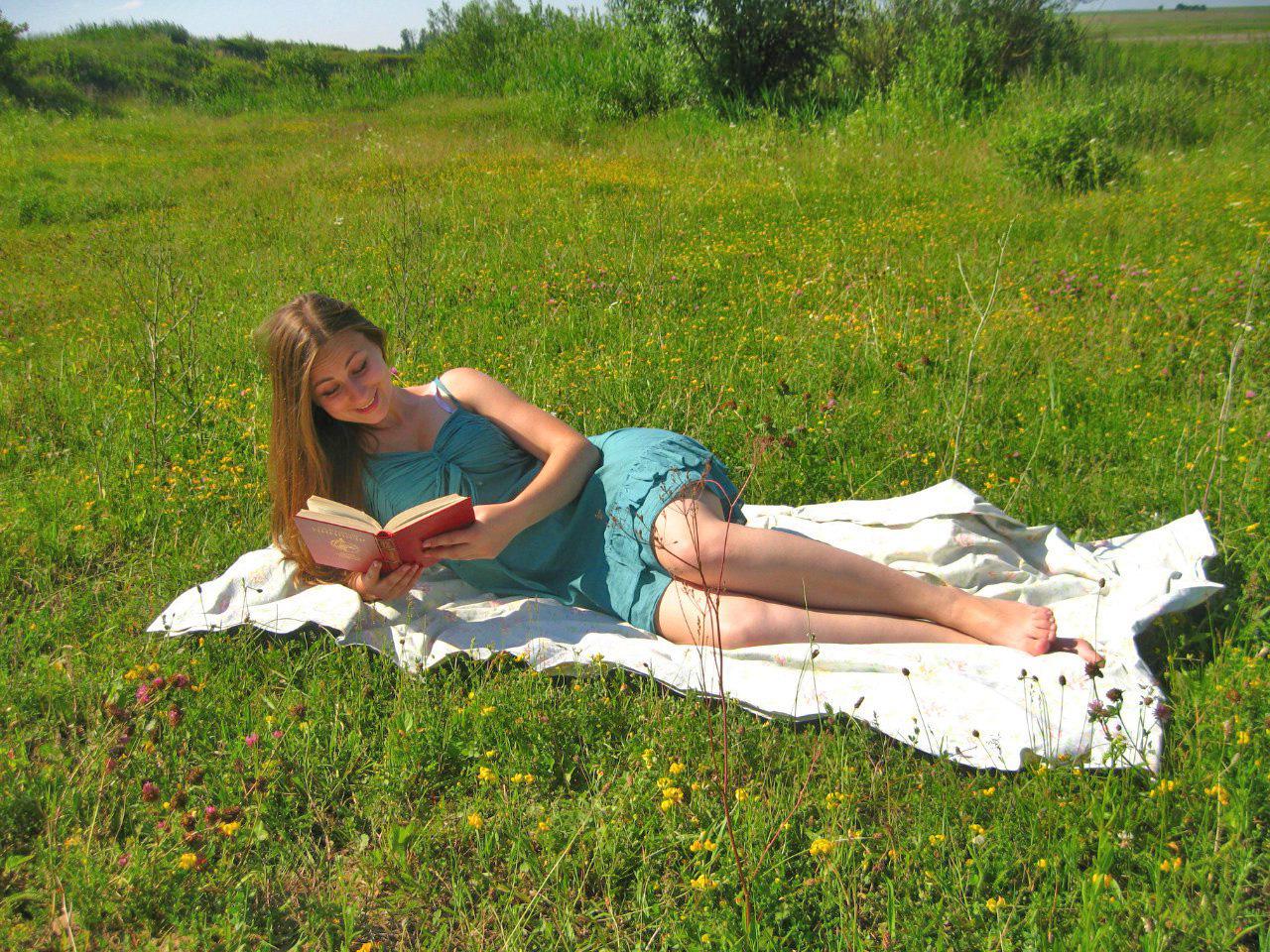 Фото девушки с книгой  на траве