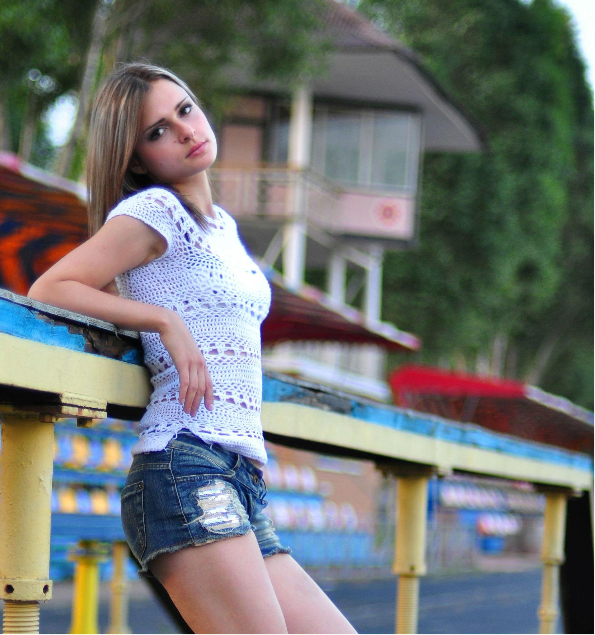Девушка возле стадиона в шортах