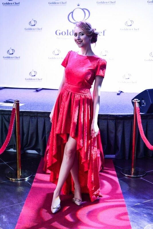 Красное платье в низу с полами