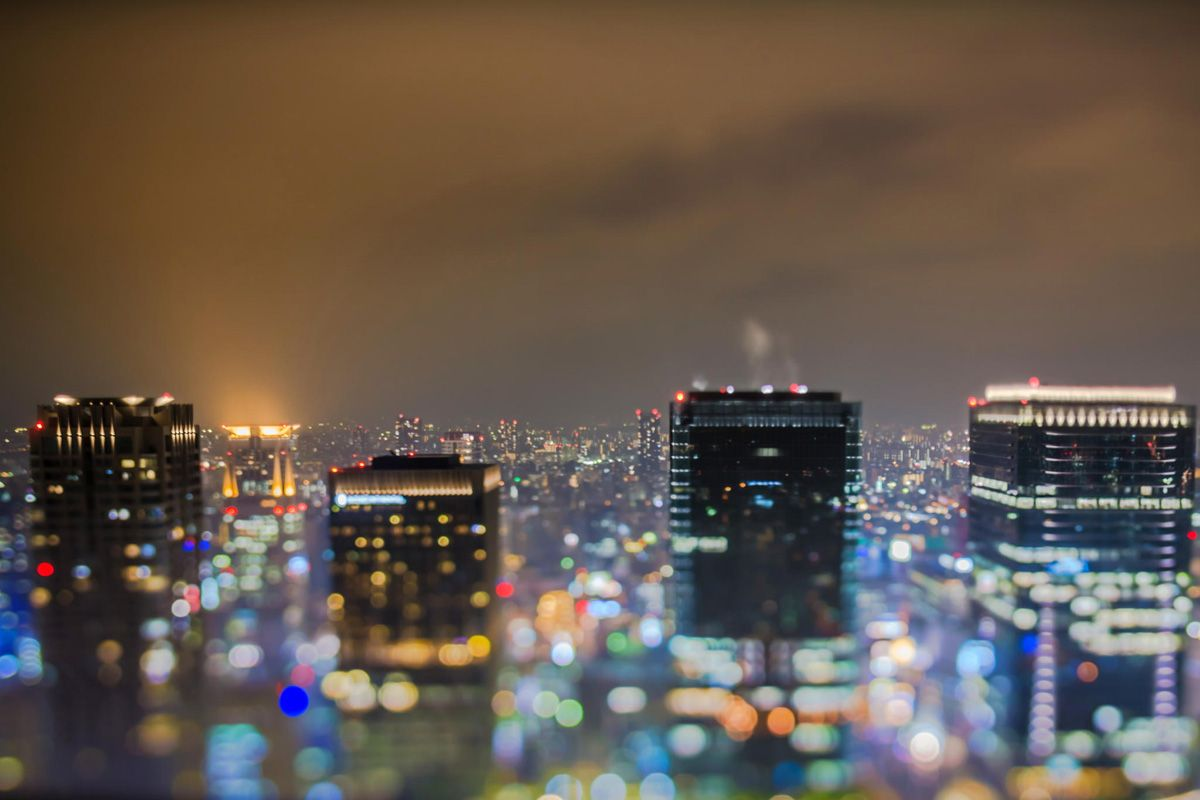 так городские огни фото зеркалами, повешенными стены